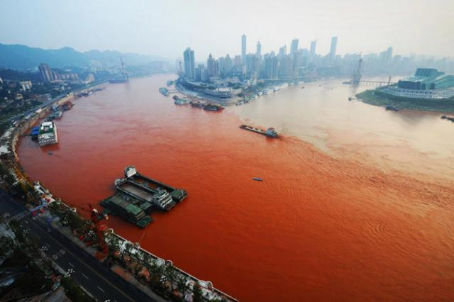 Yangtze flows red in Chongqing in 2012